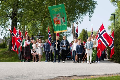 Midtbygda skole starter barnetoget både fra bautaen i Røyken og ved Bråset. Så møtes de i Røyken sentrum og går så sammen hele veien til Midtbygda skole.