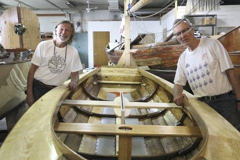 OSLOJOLLE: Denne lille 18 fots seilbåten har Ulf Andersen og Hans Hauglund plukket helt fra hverandre og satt sammen igjen. – Eieren har lagt ned ti ganger mer i renovasjon enn det båten er verdt. – Det gjør han fordi han er skikkelig glad i den, og det er ikke uvanlig, sier Ulf.