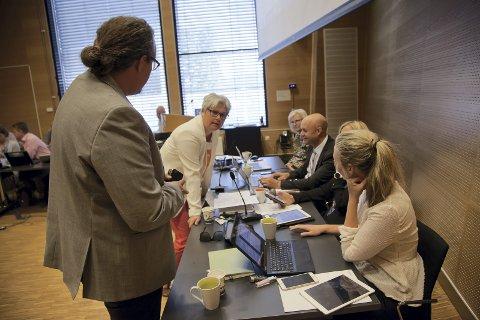 Christian Dyresen (t.v.) og Else Marie Rødby (t.h.) med flere har stilt noen spørsmål om bruken av Hurum rådhus, og fått svar av Heidi Sorknes, her fra et møte tidligere i år.