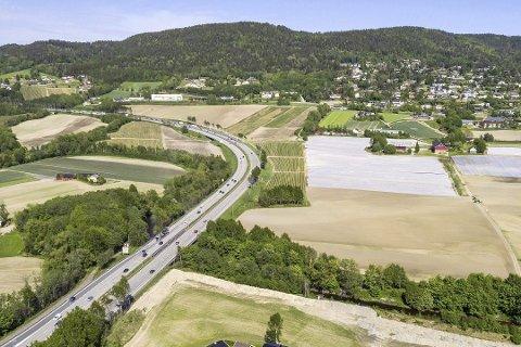 VIKER-KRYSSET: Bildet viser der krysset mellom riksvei 23 og E 18 vil bli lagt hvis Viker-alternativet blir bygd.