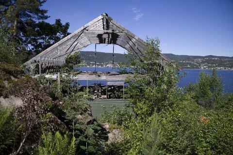 RIVES LØS: Plast fra presenningene som har dekket til dette hytteskjellettet spres med vær og vind ut i naturen.