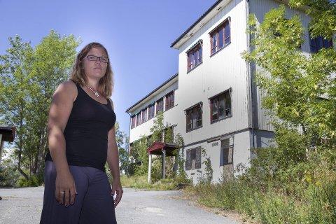 OPPGITT: Lene-Renate Hanssen er nærmeste nabo til den gamle skolen. Hun synes det er veldig trist hvordan skolen har forfalt.