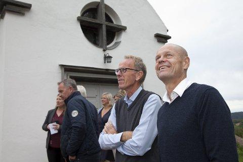 NYE PRISER: Kirkesjef John Grimsby (t.h.) og den kirkelige fellesnemnden i nye Asker kommune har kommet med forslag til nye priser for blant annet kremasjon.