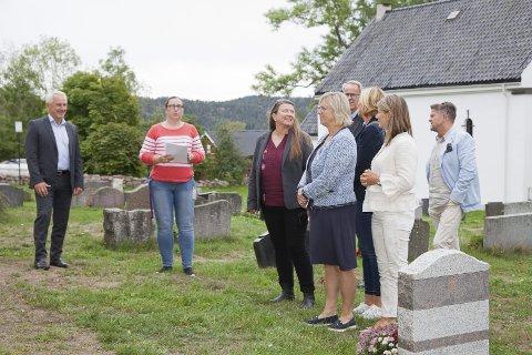 LYDHØRE: Elin Volden Drijfhout (nummer to fra venstre) viste blant annet ordførerne i de tre kommunene rundt ved Hurum kirke. Omvisningen var en del av en rundtur på halvøya for å se på samtlige ni kirker i Røyken og Hurum.