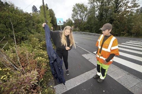 GODT MENT: Mina Dragvik (t.v.) fant en jakke som kan ha blitt lagt over det skadde rådyret for å holde det varmt. Linda Mathiesen i Viltnemnda ber folk markere området, kontakte politiet og trekke seg unna for å ikke stresse viltet.