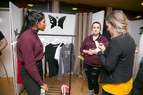 MILJØTANKE: Butterfly Effect UB har laget et konsept der de selger klær som de kan garantere at er produsert i en miljøvennlig bedrift som behandler sine ansatte på en god måte. – Vi lager noen design selv, og noen kjøper vi ferdig, sier Sinthu Sivabalan og Aleksandra Ewa Sopicka til dommer Hilde Vilde. UBen fikk premie for god markedsføring og en stand som tydelig fortalte hva deres bedrift selger.