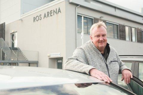 HOLDER MOTET OPPE: Daglig leder Arne Borch i IL ROS skryter av stå-på-viljen hos både trenere, foreldre og barn i idrettslaget.