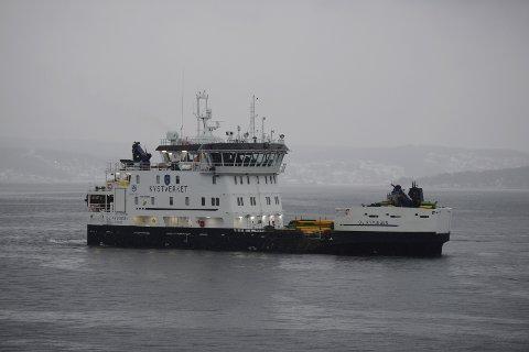 NY BÅT: Dette er Kysdtverkets nyeste båt. Den har både en elektrisk motor, og en dieselmotor. Denne uka har Kongsberg Maritim støytestet båten som de har utviklet.