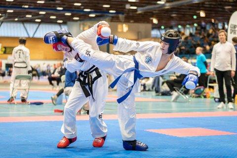 GULLVINNER: 14 år gamle Oliver Jenstad (t.h.) med en fulltreffer i sparring Han tok gull.