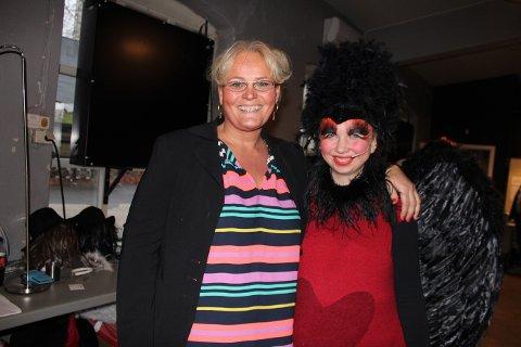 130 ULIKE KOSTYMER: Tone Fjellheim Lorenzini har ansvar for kostyme. Her med sangfuglen Sara Skjælaaen Vatn.