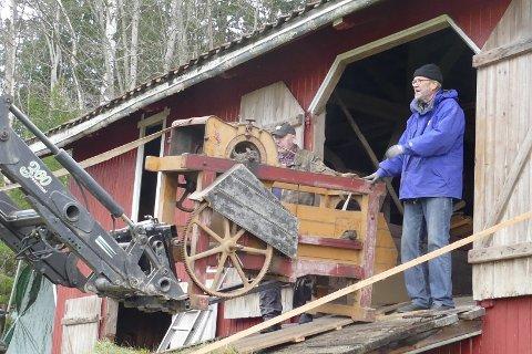 PÅ JAKT ETTER KLENODIER: Museumskomiteen henter landbruksmaskiner og utstyr fra en låve. Styremedlem Arne Edvard Torvbråten hjelper til.