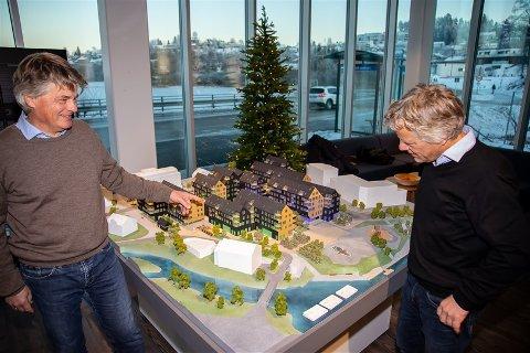 SPENTE: Tandberg-brødrene Gudbrand (t.v.) og Espen ser frem til at Heggedal Torg står helt ferdig om litt under to år.