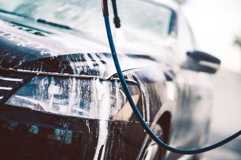 REN TIL JUL: Det er viktig å få vekk saltsørpa på bilen selv om bilen ser like skitten ut etter et par kjøreturer. Om vinteren må man vaske oftere enn om sommeren.