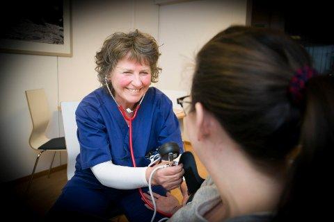 FØRST UT: Liv Kristin Mollestad jobber i Røyken, som er en av de første kommuner i landet til å sertifisere sine sykepleiere som jobber i hjemmetjenesten. Nå skal prosjektet videreføres.