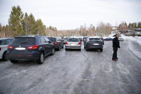 FEIL PARKERING: Skolen har måttet sette inn vakt som passer på og sier fra når elevene parkerer feil slik at bussen ikke kommer fram.