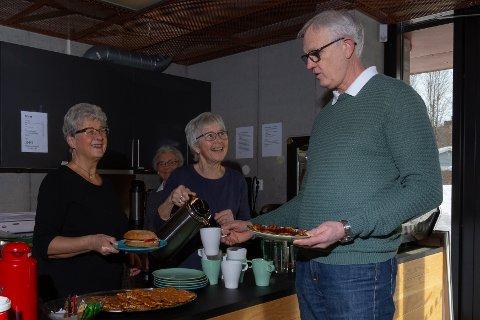 BESØK: Kafegjest Ingvar kjøper kaffe og vafler