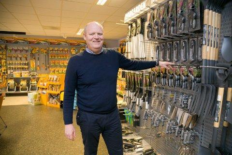 SPAR OPP: Til nå har Ulf Jaksland i Grønn Industri vært grossist i hageutstyr. Nå utvides sortimentet.