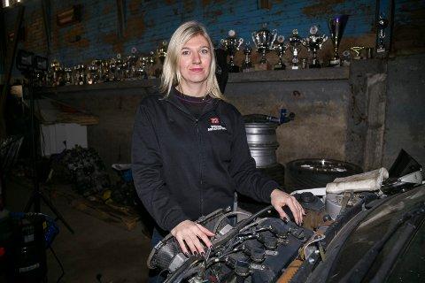 I GARASJEN: Liz Wessel forbereder seg nå til sesongstart i rallycross. I garasjen står også noen av pokalene hun har lagt på hylla sammen med bilcross, som er byttet ut til fordel for rallycross.