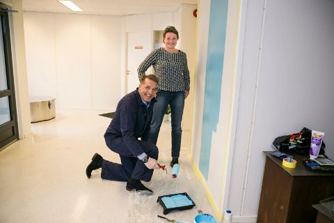 I AKSJON: Trine Skott-Myhre i Røyken Næringsråd har fått hjelp av næringssjef Asbjørn Flo i Røyken med å legge siste hånd på verket før åpning fredag.