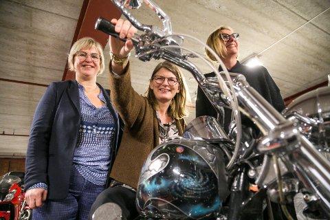 NYLIG: Ordfører Lene Conradi i Asker var nylig på besøk hos MC Ravnene i Røyken sammen med sine ordførerkolegaer Eva Norén Eriksen og Monica Vee Bratlie. Nå er det Spikkestad vel som får besøk.