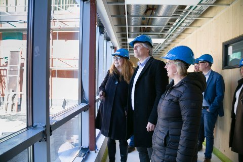 SNIKTITT: Klima- og miljøminister Ola Elvestuen liker det han ser og hører om nye Sydskogen skole. – Dette blir et eksempel for alle andre å følge. Her utvikles det en byggestandard flere kan dra nytte av i framtida, sier han til leder av utvalget for miljø, klima og smaferdsel i Røyken, Elisabeth Holter-Schøyen, og ordfører Eva Norén Eriksen.