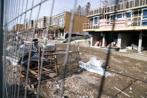 STILLE: Det var stille på byggeplassen der Glitre Eiendom bygger 28 boenheter i Spikkestadveien. Hovedentreprenør Trio Entreprenør ble slått konkurs tirsdag.