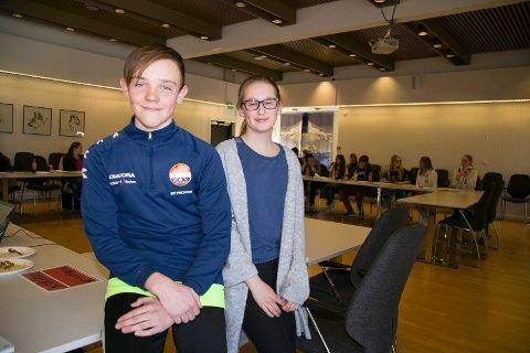 OBSERVATØRER: Emil LInd Skille og Aurora Sandbrække Hansen sitter på sidelilnja og observerer det siste ungdommens kommunestyre i Røyken. - Jeg kan godt tenke meg å bli med neste år, sier Aurora.