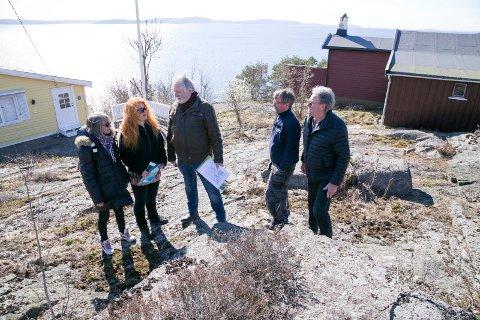UMULIG: – Her vil de bygge en vei forbi hyttene. Det er uforståelig for oss, sier Brit Blackburn, Jane Bakø, Svein Thunes, Kenneth Røstgård og Torbjørn Janson.