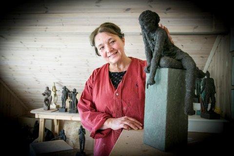 UNDRING: Agnes Volent har laget skulpturen «undring» til å pryde Sydskogen skoles inngangsområde.