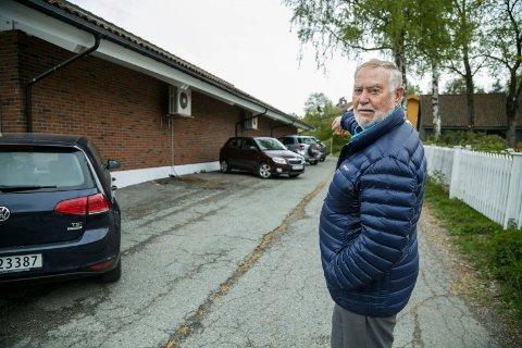 IKKE SKILTET: - Her langs veggen er det ikke et skilt å se, sier Oddbjørn Jæger. Han er oppvokst på Sætre, men er ikke lenger bosatt her. - Du må jo være lokalkjent for å skjønne at det ikke er lov å stå her, sier han.