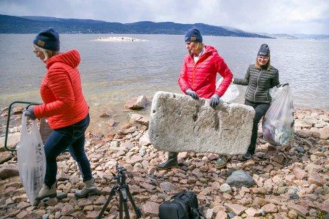 Den som vil rydde en navneløs strand blir ikke arbeidsledig med det første. Eva Norén ERiksen, Monica Vee Bratlie og Lene Conradi har nok å bære med seg.