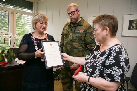 OVERLEVERING: Ordfører Eva Norén Eriksen og Jan Stensvold i NVIO overleverte Frihetsmedaljen til Ellen Østenstad.