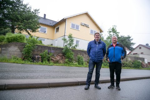 SOLGT: Ole Jonny Sander og Knut Johansen i Betel Tofte har solgt huset og leier seg inn i Menighetshuset på Tofte istedet. (sveip for flere bilder)