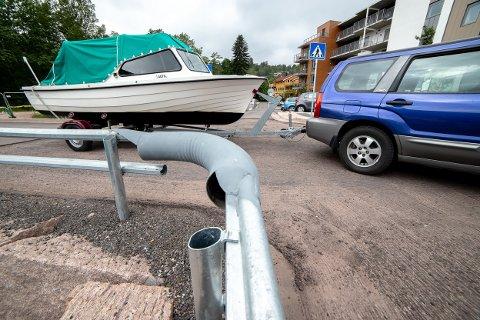 SPISS: Denne delen av gjerdet var for spiss for enkelte biler og en båt. Men nå må en større del av gjerdet byttes ut igjen etter at båtforeningen tok saken i egne hender.
