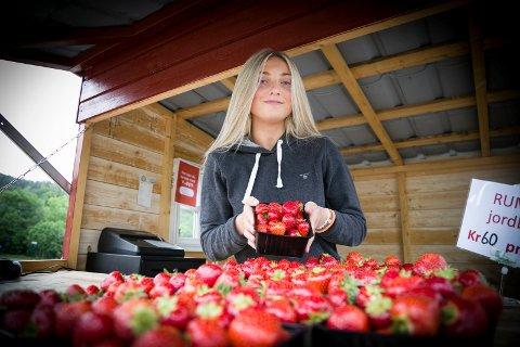 ÅRETS RØDE: Hedda Skaug (16) trakk vinnerloddet og fikk seg sommerjobb med å selge jordbær. – Jeg skal jobbe fram til jeg drar på ferie, eller så lenge sesongen varer, sier hun.