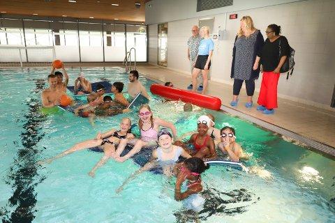 BADEGLEDE: Av de 50 barna som er på svømme-camp i Røykenbadet denne uka har 15 barn med innvandrerbakgrunn fått støtte til oppholdet.