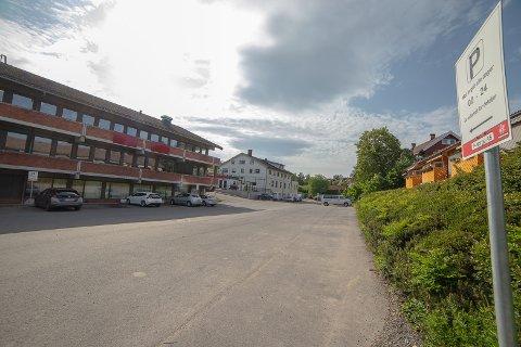 ANBEFALT: Området bak Bankbygget i Sætre er det Norconsult mener er best egnet for et nytt parkeringsanlegg.