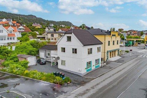 STRATEGISK: Vestre Strandvei 4 i Tofte sentrum ligger strategisk til med tanke på etablering av innbyggertorg.