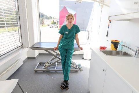 FLYTTET: Daglig leder Christine Rønning Kvam i Røyken og omegn dyreklinikk har flyttet til nye lokaler på Auvi.