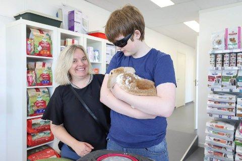 Irine Halle og  sønnen David Andreas har tatt kontakt med  Christine Rønning Kvam  på Røyken og omegn dyreklinikk for å ta bilde av foten til kaninen Karamell.