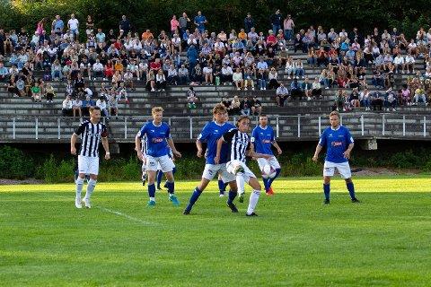 FORTJENT: Huringen ble møtt av 550 tilskuere og et Svelvik som kjempet til siste slutt, men laget vant likevel fortjent.