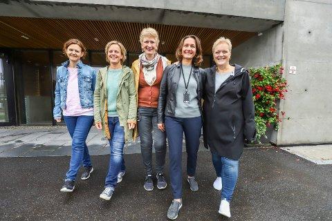 ØNSKER VELKOMMEN: Kreftkoordinator Karianne Utgaard Bøhn, leder Gyri Skoglund i Frisklivsentralen, demenskoordinator Kristin Laache, Svetalana Ssanova og Anne Cecilie Strandslett i forebyggende team for seniorer ønsker velkommen til høstens første Helsekafé 12. september i nye lokaler. - Dette er en sosial møteplass for alle  voksne over 18 år, sier de, og håper mange finner veien til Kultursalen i Teglen.