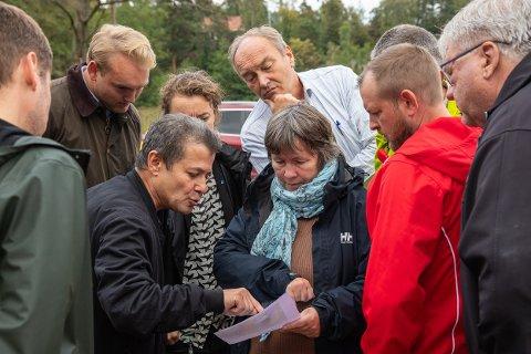 UTÅLMODIGE: Skjærlagsåsen Utvikling, med blant annet Harald Wærpen (bakerst i midten), ønsker å få på plass detaljreguleringen for Sandspollen så raskt som mulig. Bildet er fra befaringen som planutvalget i gamle Hurum kommune holdt før førstegangsbehandling i september 2019.