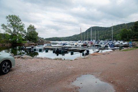 OMSTRIDT: Det har vært planer om å bygge ut eksisterende båthavn i Sandspollen i mange år, men foreløpig på grunneier vente.