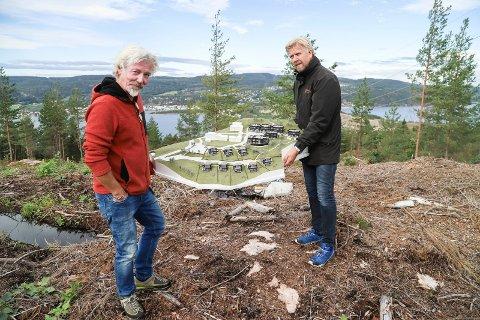 PÅ TOMTA: Arkitekt Helge Løkeland og eiendomsmegler Vegard Graff med modell over området som skal bygges ut. - På eneboligtomtene kan kjøper selv velge hustype, men jeg har laget forslag de gjerne kan bruke, sier Løkeland.