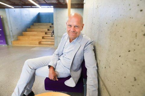 TRENGER PENGER: Kirkesjef John Grimsby ber om støtte til å dekke underskuddet til kirken i Røyken.