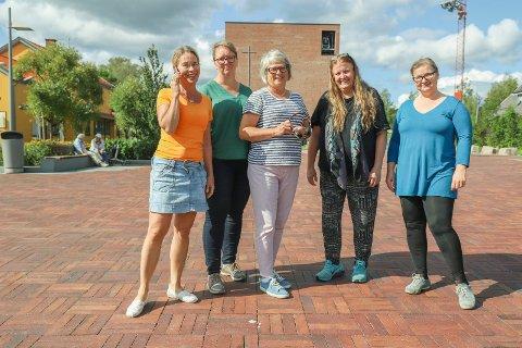 SVARER: Kari Bergan, Anne Kristine Merkesvik, Elisabeth Brøndal, Bente Roestad og Therese Ludvigsen er noen av de som svarer deg når du heretter ringer til kirkekontoret.