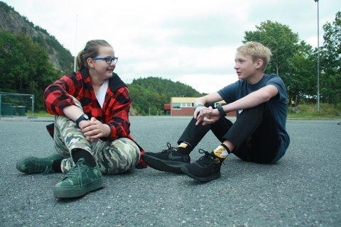 BLIR NYTT: Alma Søderholm (13) og Albert Einarsson (13) gleder seg begge til de får en ny og tryggere skolegård.
