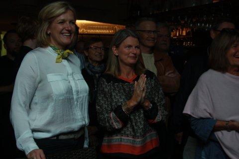 SPENT ORDFØRER: Lene Conradi (i midten) var tydelig spent like før de første resultatene begynte å tikke inn like før klokken 21.
