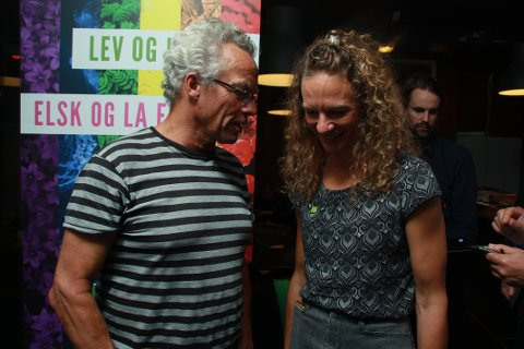 GLADE: Hanne Lisa Matt sammen med Rasmus Hansson fra Bærum MDG på partiets valgvake i Sandvika.